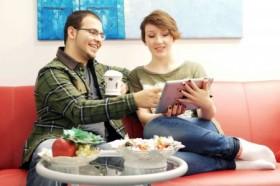 Nach Feierabend gemütlich auf der Couch den Vorlesungen lauschen: So unkompliziert kann Studieren sein. Foto: djd/HFH Hamburger Fern-Hochschule