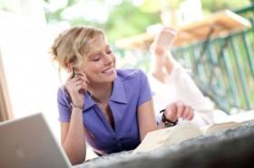Frauen benötigen Weiterbildungsangebote, die sich optimal in den Familienalltag integrieren lassen. Eine persönliche und vertrauensvolle Betreuung durch den Fortbildungsträger ist daher unerlässlich. Foto: djd/Steuer-Fachschule Dr. Endriss GmbH & Co KG