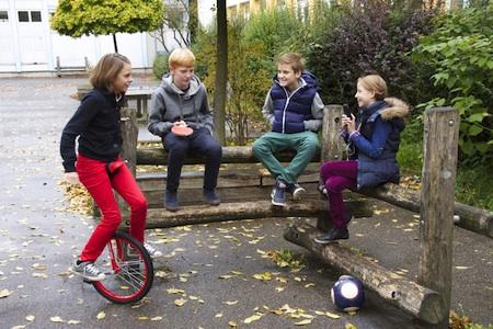 Sich mit Freunden treffen und Sport treiben, ist wichtig für Schüler. Foto: djd/Studienkreis