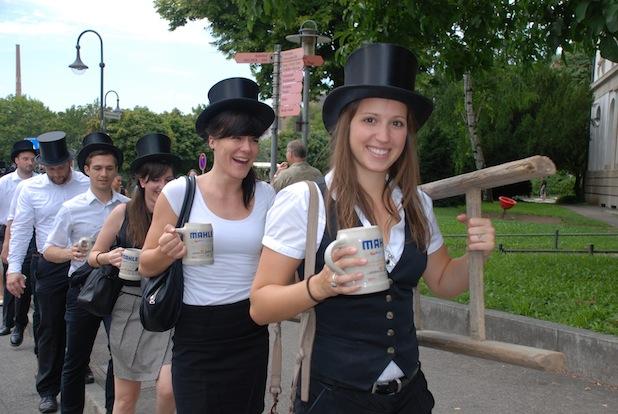 Photo of Absolventen feiern ihren Studienabschluss an der Hochschule Esslingen