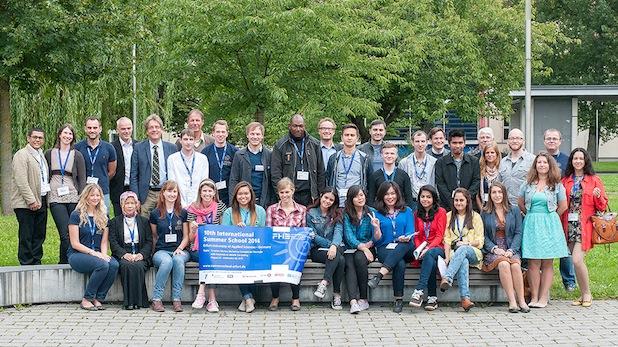 Die 25 Teilnehmer*innen der 10. International Summer School mit dem ihren Dozenten und dem Organisationsteam nach der offiziellen Begrüßung in Erfurt. Foto: Franziska Stepputtis