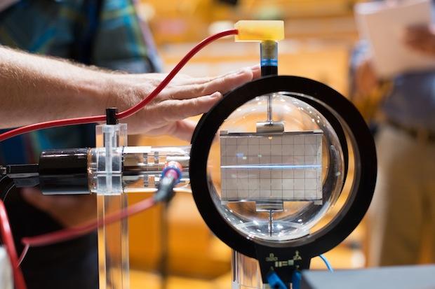 Experimentalaufbau zum Thema Ablenkung eines Elektronenstrahls im elektrischen Feld Foto: Stefan Berger/Universität Magdeburg