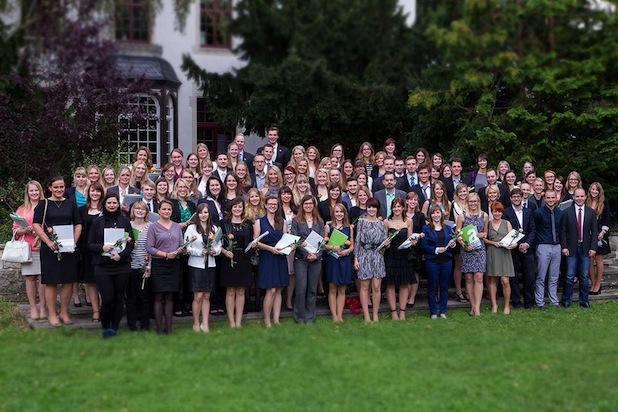 Photo of 290 Alumni feierlich ins Berufsleben verabschiedet