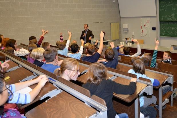 Photo of Kinder-Uni-Vorlesung mit Marketingprofessor