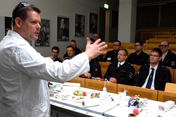 """Dipl.-Chem. Tobias Adam, der das Unterrichts-Modul """"Redoxreaktionen"""" zusammen mit Chemie-Doktorand Stephan Vogt leitete"""