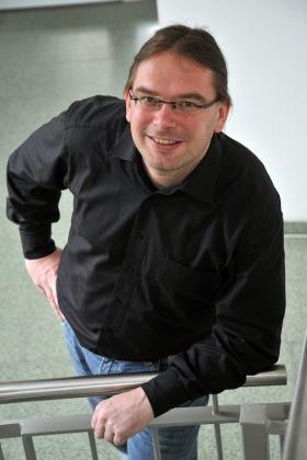 Prof. Dr. Nils Berkemeyer von der Universität Jena gehört zu den Herausgebern des Chancenspiegels. (Foto: Anne Günther/FSU)
