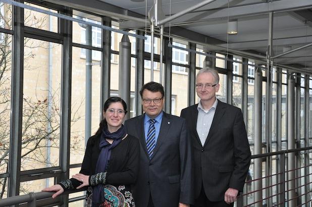 Gabriela Nader/ Studiendekan Prof. Veigele (links), Prorektor für Studium und Internationale Angelegenheiten, Prof. Büchter (rechts). Foto: HBC