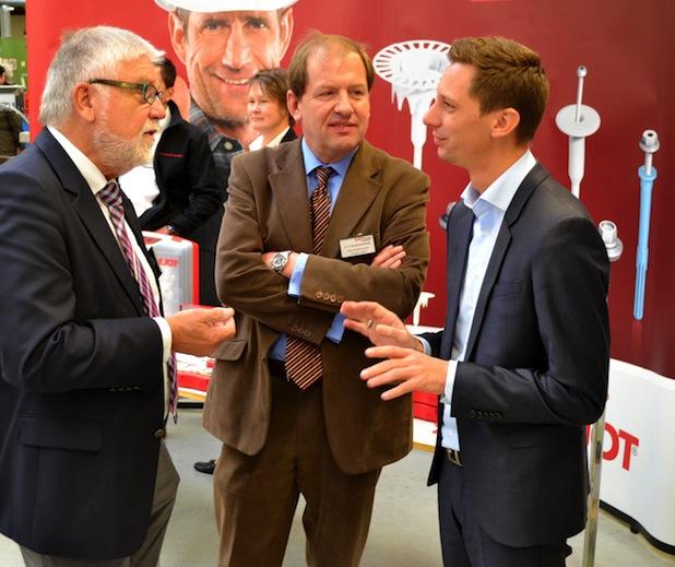 EJOT-Geschäftsführer Winfried Schwarz, Geschäftsführender Gesellschafter der EJOT-Gruppe Christian F. Kocherscheidt, im Gespräch mit Landrat Andreas Müller, dem Schirmherrn der Veranstaltung.