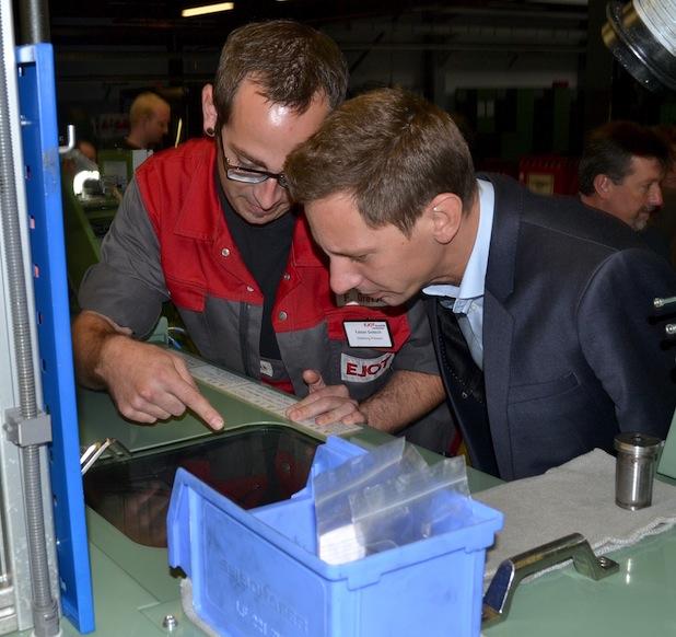 Landrat Andreas Müller, Schirmherr der Veranstaltung, im Gespräch mit EJOT-Mitarbeiter Fabian Gretsch.