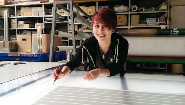 Anise Beuse aus Göttingen macht eine Ausbildung zur Werbetechnikerin. Quelle: Die Signmaker GmbH.