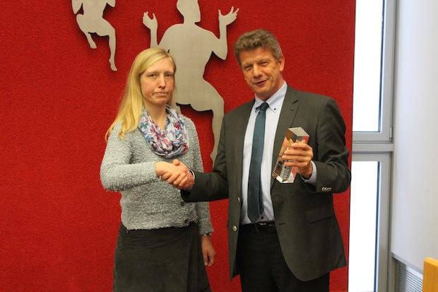 Bild: Daniela Jaschke (BEng)  und Professor Dr.-Ing. Harald Garrecht, Präsident der WTA e.V. bei der Übergabe des Preises. Foto: WTA.