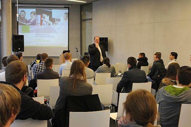 Bild: SRH-Rektor Prof. Dr. Joachim Opitz begrüßte die neuen Erstsemester an der Hochschule. Quelle: SRH.