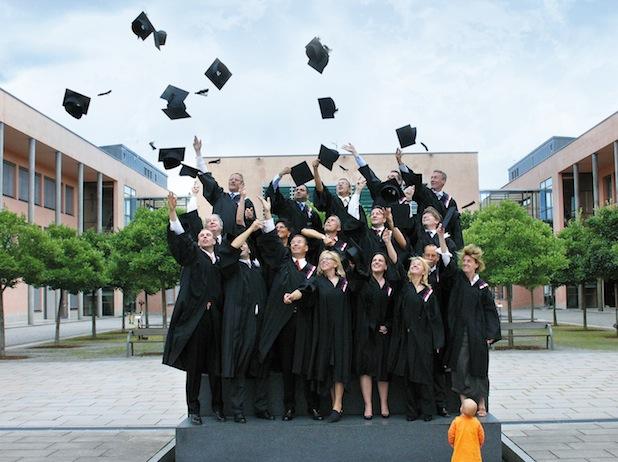 MBA-Absolventen beim traditionellen Wurf der Masterhüte auf dem THD-Campus Quelle: Technische Hochschule Deggendorf