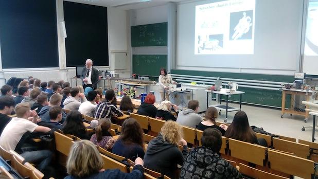 Prof. Dr. Claus Grupen leitete die Veranstaltung im Hörsaal am Emmy-Noether-Campus. Fotos: Uni Siegen