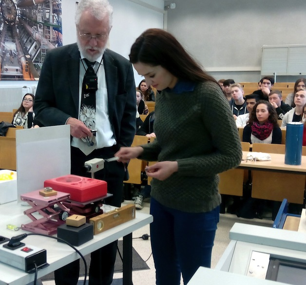 Eine Schülerin lässt einen Magneten über einem ultrakalten, supraleitenden Diamagneten schweben.