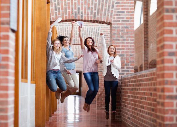 Photo of Nach dem Schulabschluss durchstarten: Versicherungs- und Geldtipps für Azubis und Studenten