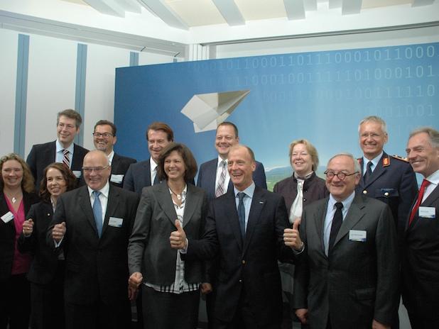 Feierliche Startfreigabe mit der bayerischen Wirtschaftsministerin Ilse Aigner (CSU) und Airbus-Chef Tom Enders (vorne Mitte) Foto:ots/Presse- und Informationszentrum Personal/Universität der Bundeswehr München