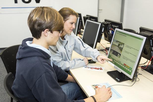 Photo of TÜV Rheinland: Gut vorbereitet in die Führerscheinprüfung gehen Gründliche Fahrschulausbildung gibt Sicherheit Am heimischen PC oder am Smartphone üben