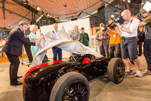Photo of Bundesministerin Wanka und Ministerpräsident Weil enthüllen Kleinrennwagen auf der IdeenExpo
