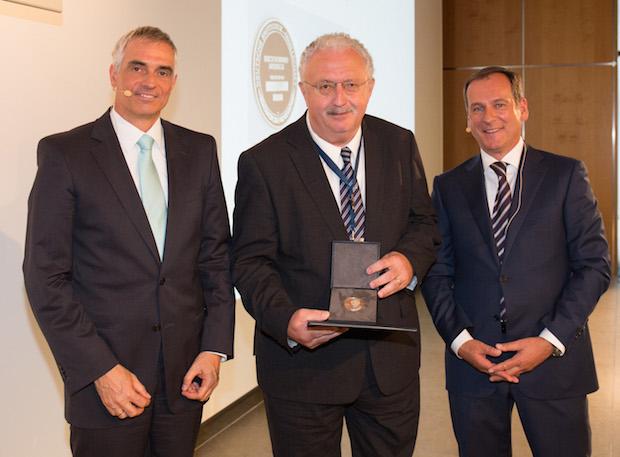 Photo of Gib Gummi Erich-Konrad-Medaille an Prof. Dr. Günter Stein verliehen