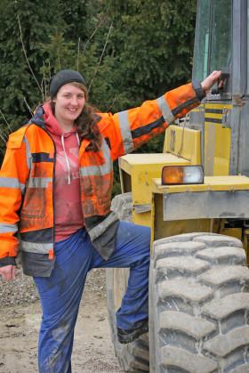 Frauen erobern zunehmend Berufe in der Bauindustrie - wie Jacqueline Rytzmann, die eine Ausbildung zum Verfahrensmechaniker erfolgreich abschloss (Foto: djd/Informationszentrum Beton).