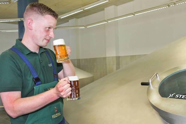 Das perfekte Mischungsverhältnis der Zutaten nach individuellem Rezept und der Brauprozess sind für das Ergebnis ebenso entscheidend wie die Zutaten selbst (Foto: djd/Brauerei C. & A. Veltins).