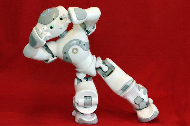 NAO: Studierende lernen, den menschähnlichen Roboter NAO zu programmieren. Dieser könnte dann beispielweise in der Physiotherapie eingesetzt werden - um therapeutische Übungen vorzuführen und den Fortschritt der Therapie zu beobachten. Foto: Piet Meyer