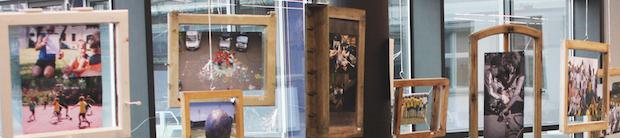 Ein Teil der Foto-Ausstellung an der Fachhochschule Erfurt. Zum Zeitpunkt der Aufnahme noch in den Foyers vor dem Audimax ausgestellt. Foto: Kristin Thieme