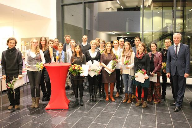 Foto Deutschlandstipendium: Deutschland-Stipendiaten 2015/2016 und DAAD Preisträgerin mit Kanzler Dirk Vianden (hinten links), Rektor Prof. Dr. Marcelo da Veiga und dem Bürgermeister von Alfter, Dr. Rolf Schumacher (vorne rechts). Foto: Britta Schüßling