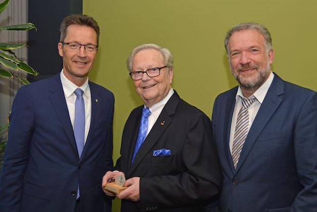 Photo of Ehrenmedaille der Bergischen Universität Wuppertal für Gerd Scholz