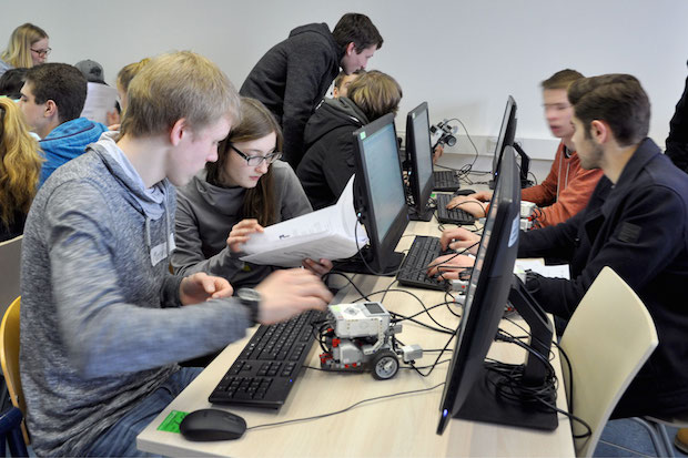 Produktentwicklung leicht gemacht. Die Schüler verfolgen in einem 3D-CAD-Programm wie sich ein Schaufelbagger aus Einzelteilen und Komponenten zusammensetzt. Foto: Universität Siegen