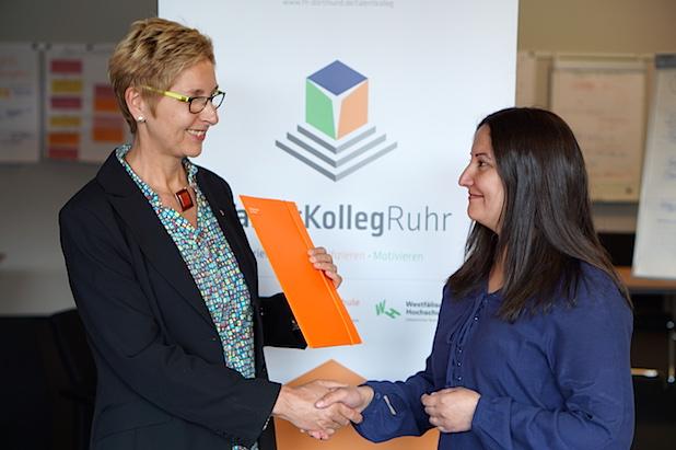 Christiane König, Leiterin des TalentKolleg Ruhr der Fachhochschule Dortmund, überreicht einen Teilnahmevertrag - Foto: TalentKolleg Ruhr/FH Dortmund