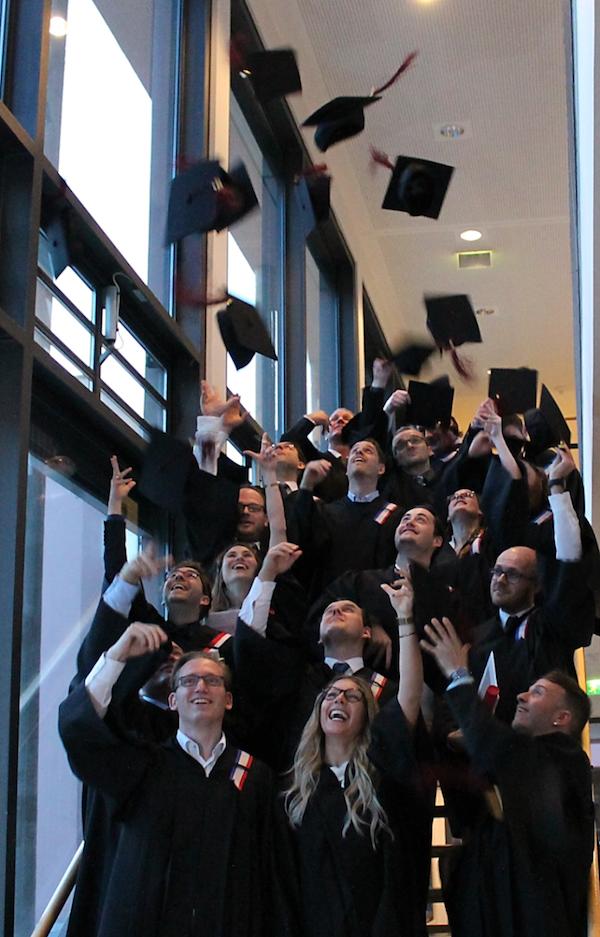 Photo of 40 berufsbegleitende Master Absolventen verabschiedet