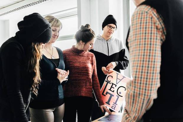 Photo of Ein Content-Manager setzt Inhalte für Webseiten und Online-Shops in Szene